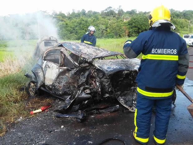 Apesar do fogo, nenhuma vítima do acidente se feriu gravemente. (Foto: Giovane Ropelli Coelho)