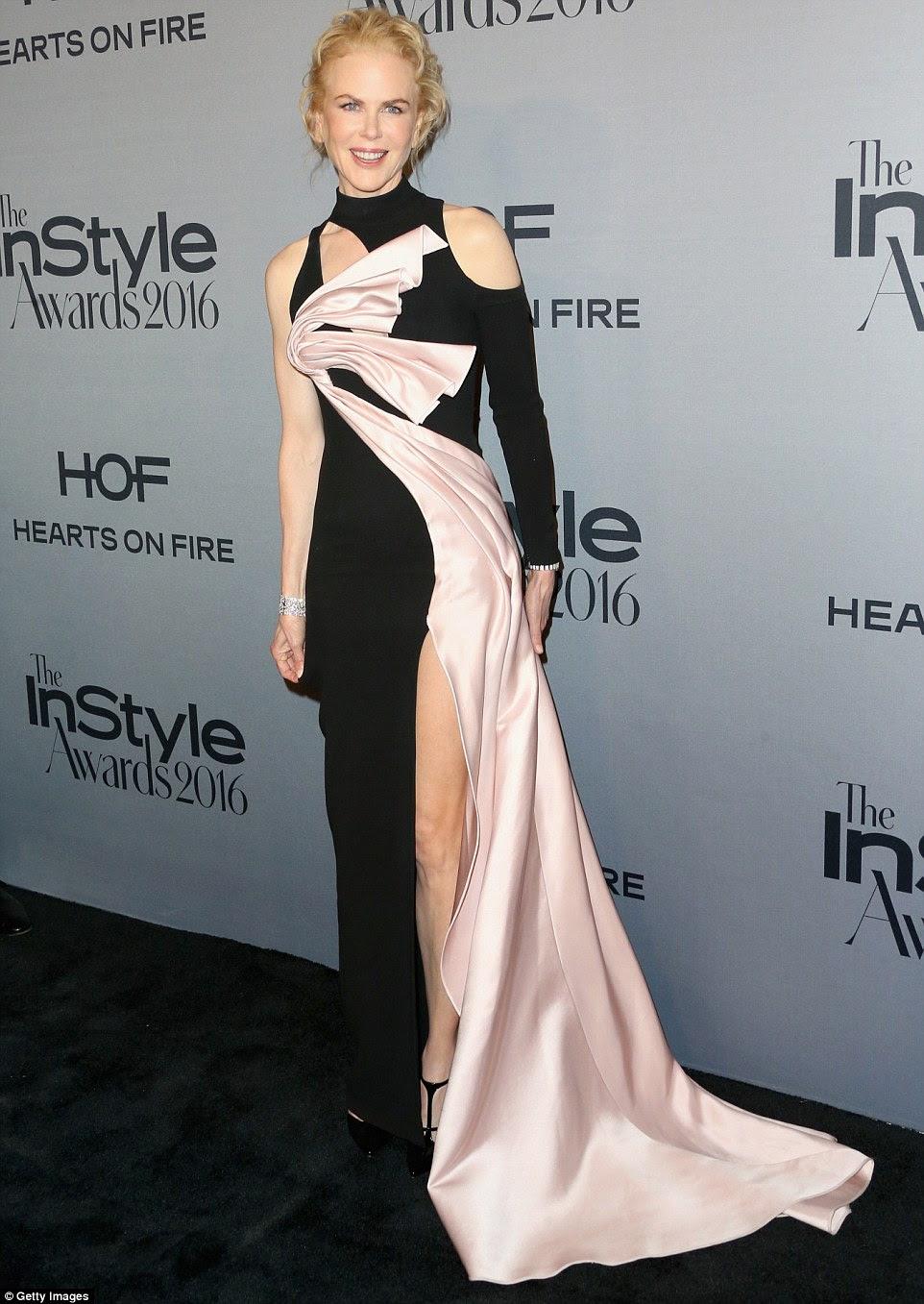 Esbanjando glamour: The 49-year-old usava batom rosa e estilo seu cabelo em um updo elegante