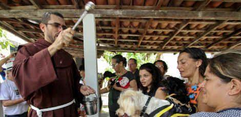 Bênção dos animais no Convento de São Francisco, em Olinda / Foto: Sérgio Bernardo/JC Imagem