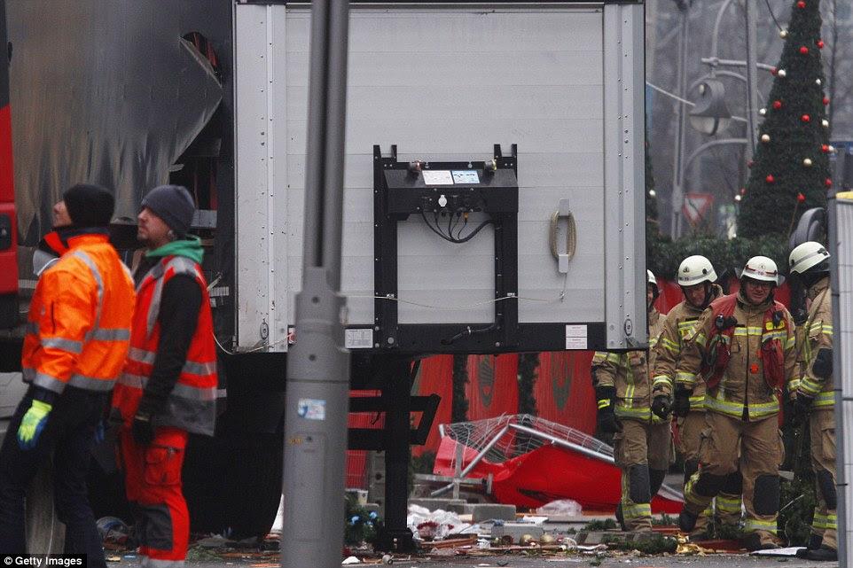 Angustiante: A área em torno do camião estava coberto com as grinaldas, festões e até mesmo bolas arrancadas de bancas do mercado