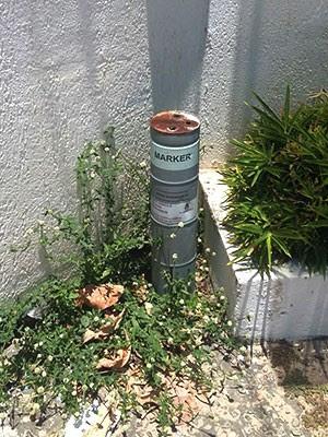 Artefato deixado na parede de uma loja fez lojistas fecharem as portas (Foto: Divulgação/Sesed)