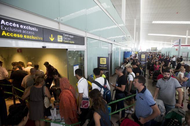 El aeropuerto de Barcelona vivió ayer una jornada de 'impasse', a la espera de que la asamblea de trabajadores prevista para este jueves.