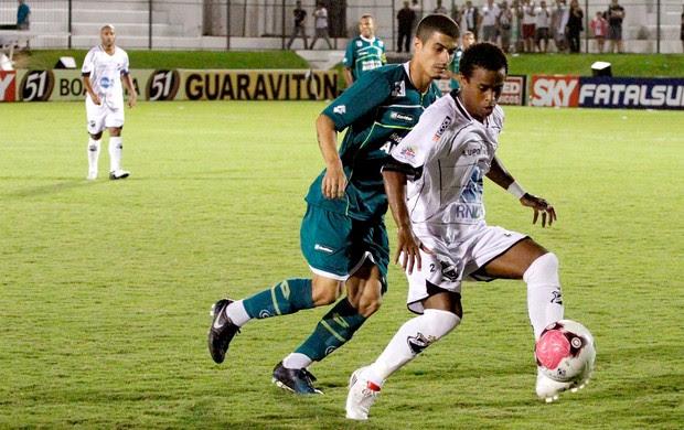 Egídio do Goiás na partida contra o ABC (Foto:  Alex Fernandes / Ag. Estado)