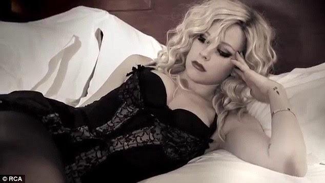 Lazying volta: O cantor passou muito tempo na cama só olhando virada