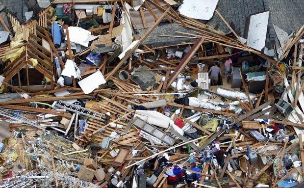 Imagem aérea tomada nesta sexta-feira (31) mostra estragos provocados por passagem de tornado em Broken Arrow, no estado americano de Oklahoma, na noite da véspera (Foto: AP Photo/Tulsa World, Tom Gilbert)
