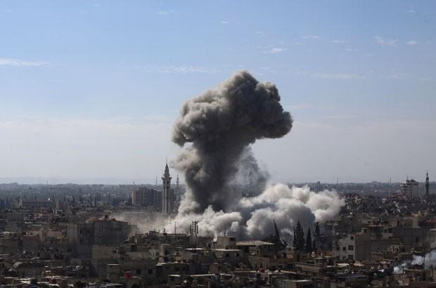 Fumaça é vista após ataque do governo sírio contra zona rebelde em Damasco nesta quinta-feira (5) (Foto: Abd Doumany/AFP)
