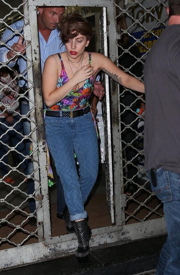 Lady Gaga é clicada saindo de loja de tatuagem no Rio (Foto: Gabriel Reis/Ag News)