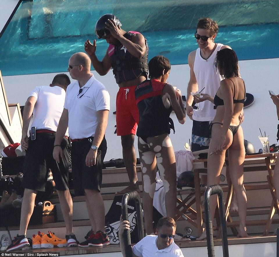 Festa de pessoas: O grupo de amigos foram acompanhados por membros da equipe para atender a todos os seus beck e chamar a bordo