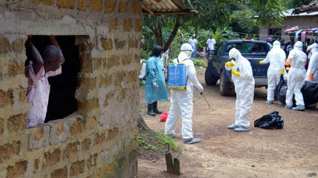 Homem observa equipes de saúde. Credito: AFP