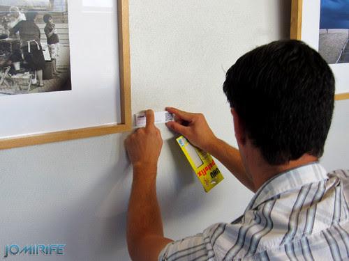 Montagem da exposição colectiva de Fotografia «Figueira da Foz, aqui sou feliz» em comemoração do 131º aniversário da Elevação da Figueira da Foz a Cidade - Colocação dos QR Codes de cada um dos autores