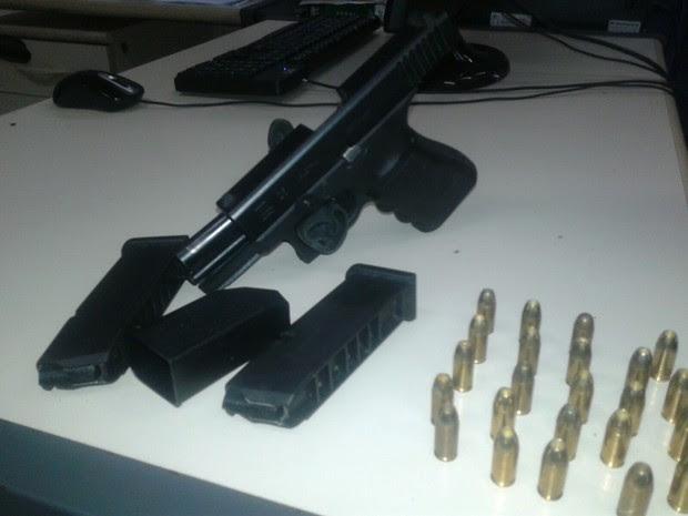 Homem foi preso com arma em Saquarema (Foto: Divulgação/PM)