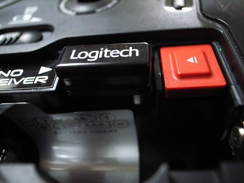 敗家:Logitech VX Nano無線雷射滑鼠(背面):全球最小型USB接收器