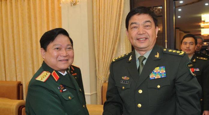 Bộ Trưởng Quốc Phòng CSVN Ngô Xuân Lịch (trái) bắt tay Bộ Trưởng Quốc Phòng Trung Quốc Thường Vạn Toàn khi ông Toàn đến Hà Nội hồi cuối tháng 6, 2016 vừa qua. (Hình: VN NEWS AGENCY/AFP/Getty Images)
