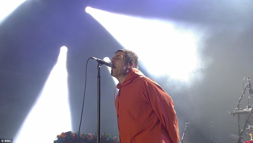 Comeback: Aderindo ao que ele faz melhor, a estrela do rock pegou o microfone com as mãos atrás das costas enquanto caiu alguns dos hits da banda