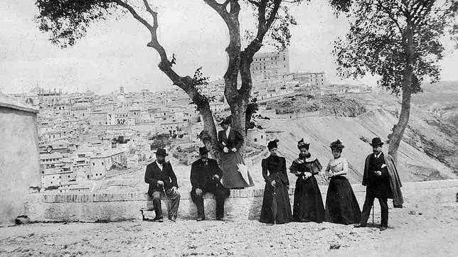 Grupo bajo el almez centenario de la ermita del Valle de Toledo hacia 1900. Colección Luis Alba, Ayuntamiento de Toledo.