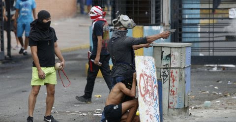 Un manifestante empuña una pistola en Caracas, Venezuela, este domingo. REUTERS/Andres Martinez Casares