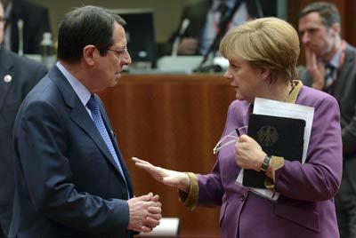 La canciller alemana Angela Merkel alecciona al presidente chipriota Nicos Anastasiades.