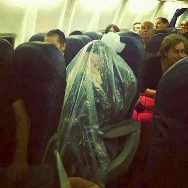 Sacerdote se 'embrulhou' em uma sacola plástica porque avião passaria por cima de cemitérios (Foto: Reprodução/Imgur/Final Say)