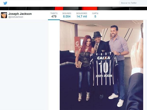 Em SP, Joe Jackson ganhou camisa do Corinthians (Foto: Reprodução/Twitter)