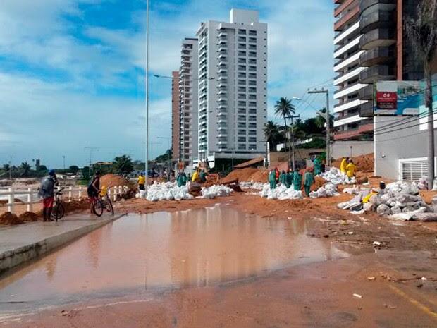 Com água e muita lama na pista, Via Costeira continua interditada para o trânsito na praia de Areia Preta (Foto: Camila Torres/Inter TV Cabugi)