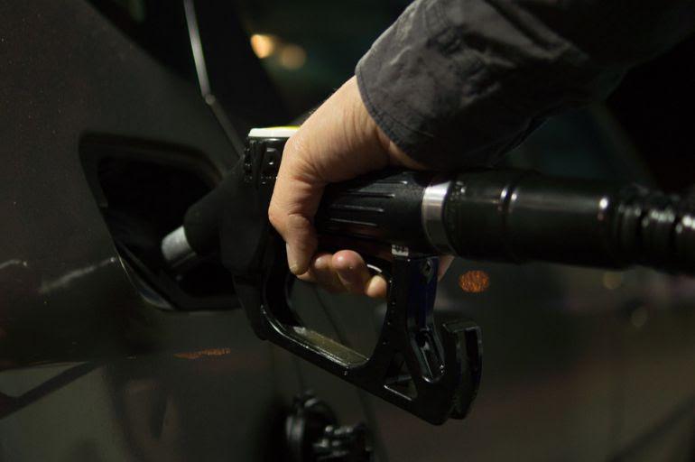 Una persona echa gasolina en su vehículo en una imagen de archivo.