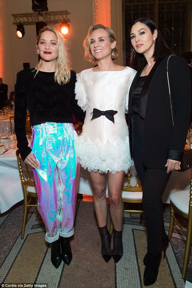 Fator de influência: Marion Cotillard (à esquerda) virou as cabeças na segunda-feira à noite enquanto esfregava os ombros com Diane Kruger e Monica Belluci na festa de Cesar - Revelations 2018, estrelada em Pari