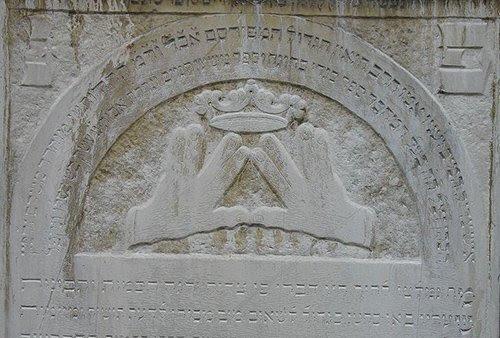 No judaísmo, o gesto é conhecido como mãos Kohanim ou bênção sacerdotal.  É descrito no túmulo do século 18.