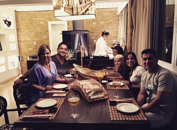 Anitta com Carla Perez, Xanddy e os filhos do casal (Foto: Reprodução/Instagram)