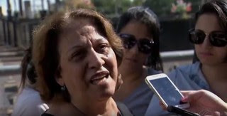 Mãe de Rodrigo Augusto no velório (Foto: Reprodução/Jornal Hoje/Globo)