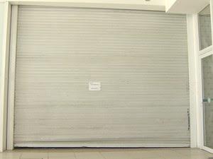 Area onde ficam os caixas eletronicos esta isolada no Serramar em Caraguatatuba (Foto: Reprodução/TV Vanguarda)