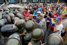 Opositores chocan con efectivos de la Guardia Nacional de Venezuela durante una marcha para pedir un referendum revocatorio contra el presidente Nicolás Maduro, en Caracas. 11 de mayo de 2016. Miles de simpatizantes de la oposición venezolana marcharon el miércoles hacia las sedes del árbitro electoral en las principales ciudades del país, para exigir la activación de un referéndum revocatorio contra el presidente Nicolás Maduro. REUTERS/Marco Bello