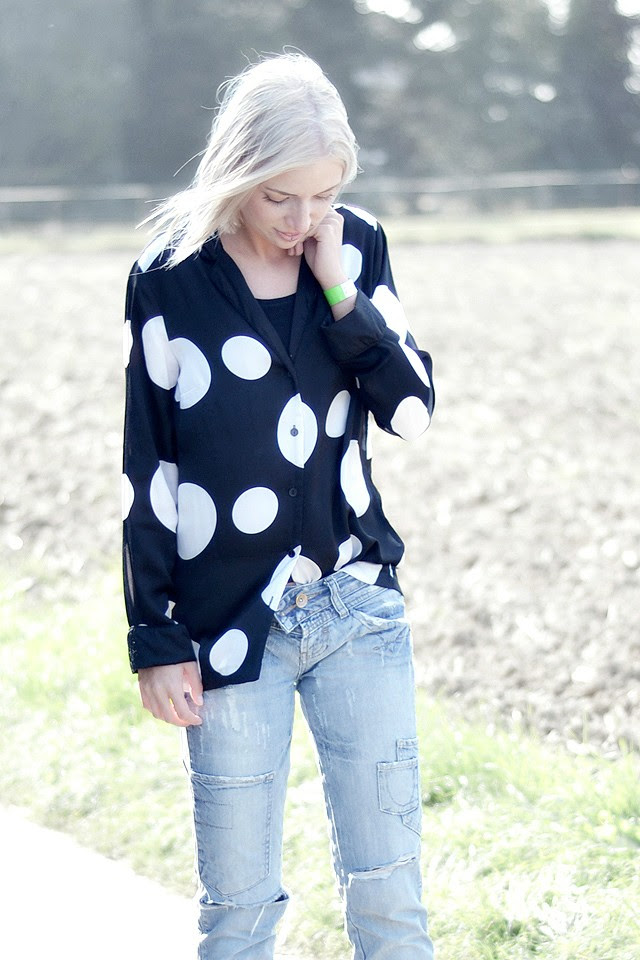 Relaxing chill every day casual outfit, destroyed jeans, dots, silk blouse, distressed denim jeans, converse all stars, sammy icon, socks, printed socks, high socks, outfit, fashion blogger, streetstyle, inspiration