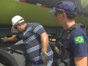 Fiscalização de caminhões na Via Dutra, em São José. (Foto: Reprodução/TV Vanguarda)