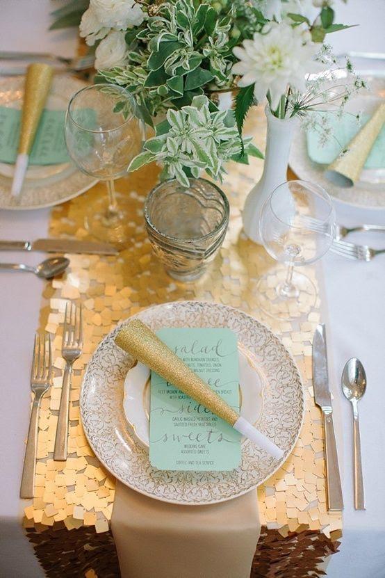 eine gold-Pailletten Tischläufer für eine mint und gold Silvester Je Tabelle einstellen