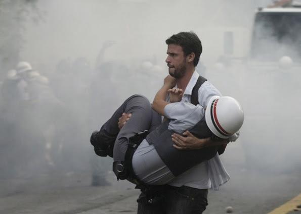 Resultado de imagem para imagem de pms feridos por manifestantes