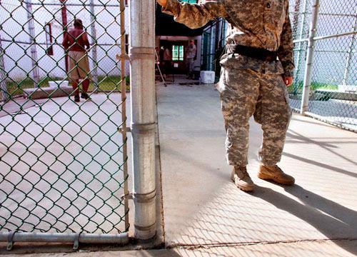 Un soldado de EEUU abre la verja en la base naval de Guantánamo. Enero, 2009. Corbis