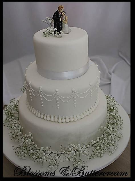 Three tier wedding cake with fresh gypsophila   Dream