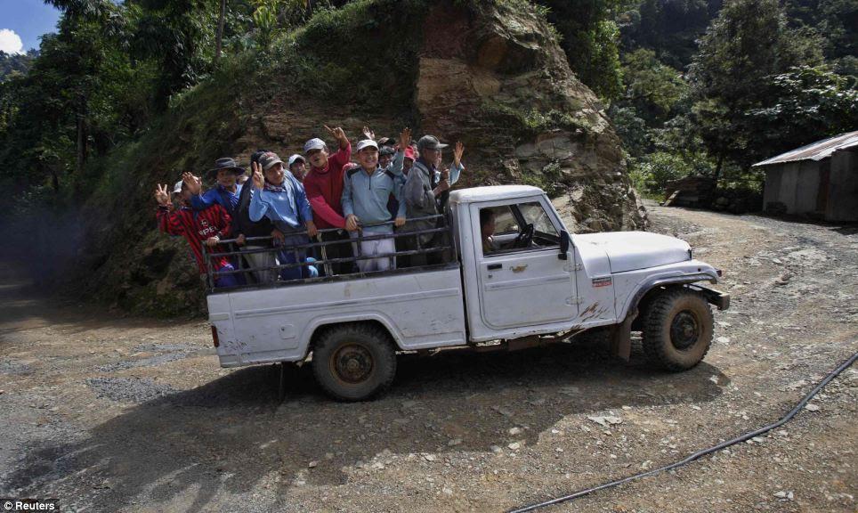Vamos precisar de um carro maior: os membros da família de Ziona dão uma volta na traseira de um caminhão a caminho da igreja