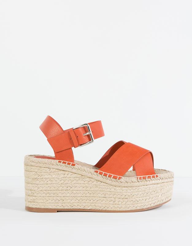 Pull&Bear - sapatos - · novidades - sandálias cunha juta cruzadas - coral - 11375111-V2016