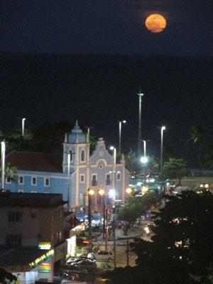 Lua azul vista a partir da Praia de Boa Viagem, Zona Sul do Recife (Foto: César Lins / WhatsApp)