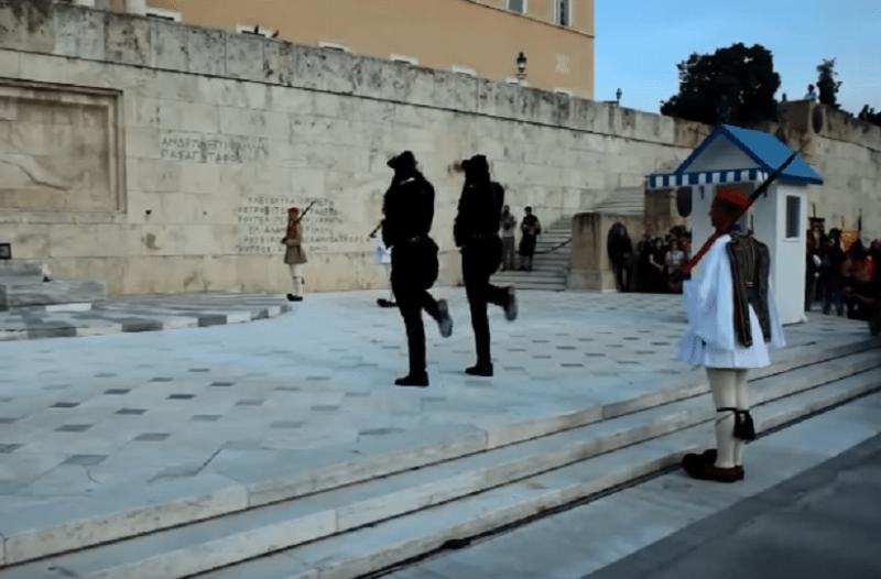 Το συγκλονιστικό βίντεο από την αλλαγή φρουράς στο Σύνταγμα με τους Πόντιους Εύζωνες την ημέρας της Γενοκτονίας των Ποντίων (video)