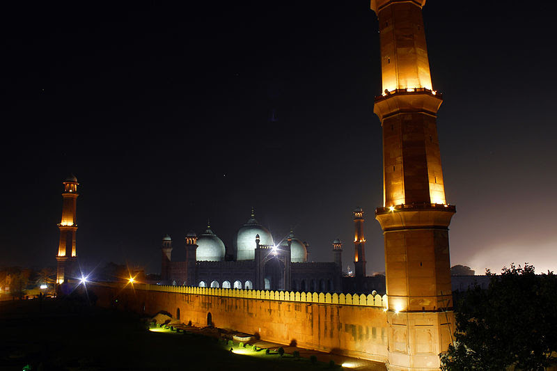 File:Night view of Badshahi Mosque.jpg