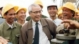 Cố TT Võ Văn Kiệt trên công trường xây dựng trạm biến thế 500kv Pleiku ngày 3-11-1993 - Ảnh: Nguyễn công thành