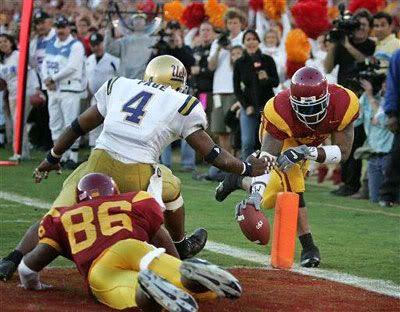 LenDale White scores a touchdown.