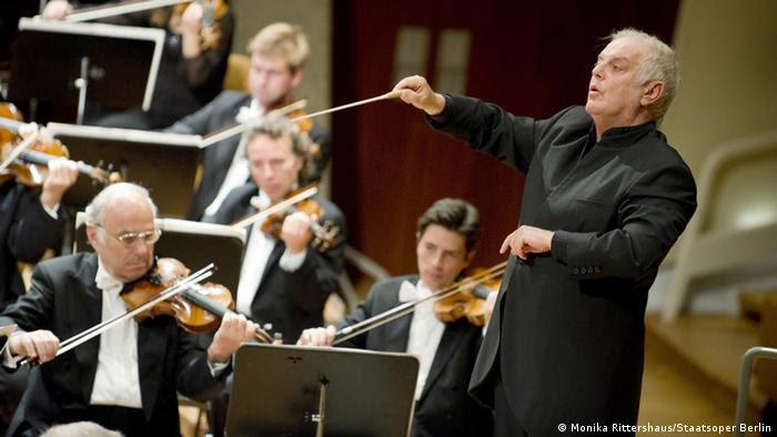 Barenboim conducting the orchestra  Copyright: Monika Rittershaus/Staatsoper Berlin Bild geliefert von Victoria Dietrich, Pressebüro STAATSOPER IM SCHILLER THEATER, Berlin für DW/Conny Paul.
