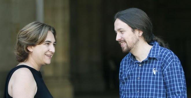 La alcaldesa de Barcelona, Ada Colau, cuando recibió en el Ayuntamiento al líder de Podemos, Pablo Iglesias. EFE