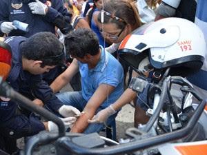 Agente da Zona Azul que foi agredido teve que ser levado para o Trauma (Foto: Walter Paparazzo/G1)