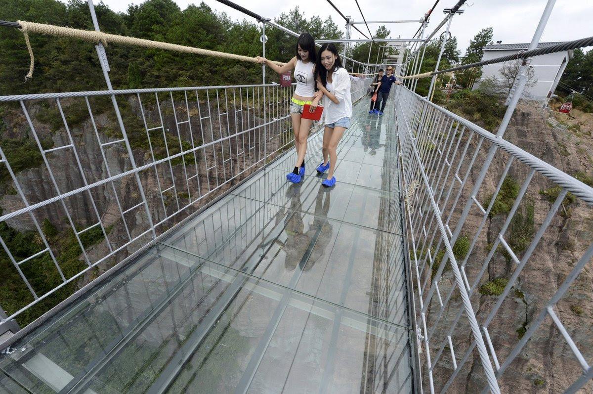 A ponte mais aterrorizante da China: 300 metros de aço e vidro transparente 10