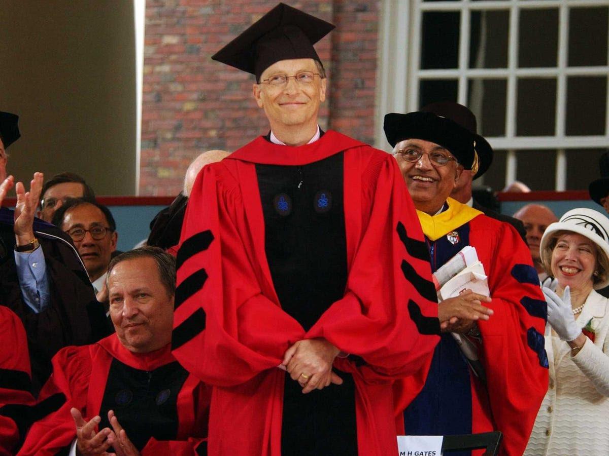 Hai năm sau, Gates bỏ học để tìm thấy Microsoft với Paul Allen. Mặc dù ông không bao giờ giành được bằng cử nhân, Harvard trao tặng ông tiến sĩ danh dự vào năm 2007. 'Tôi là một ảnh hưởng xấu. Đó là lý do tại sao tôi được mời đến nói chuyện tại tốt nghiệp của bạn', ông nói tại lễ khởi công. 'Nếu tôi đã nói ở định hướng của bạn, ít hơn của bạn có thể có mặt ở đây ngày hôm nay.'