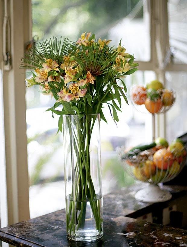Fruteira e flores na bancada de mármore do bar (Foto: Rogério Voltan/Editora Globo)